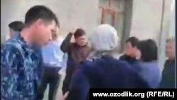 Сотрудники Бюро принудительного исполнения изымают у Джасура Гуломназарова его 6-месячного ребенка, чтобы передать его матери. Скриншот с видеозаписи.