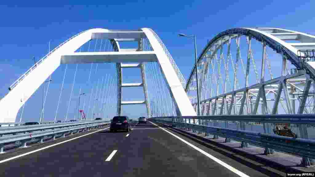 Европейский союз и СШАраскритиковали частичное открытие Керченского мостамежду российской территорией и аннексированным Крымом