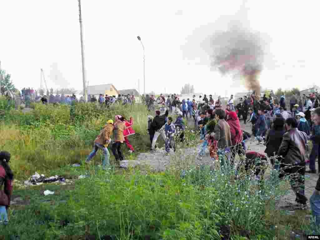 Увидев это, остальные жители, которые до этого издалека наблюдали за происходящим, стали бросать в полицейских камни.