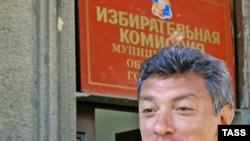 Boris Nemtsov speaks in front of the electoral commission's office in Sochi