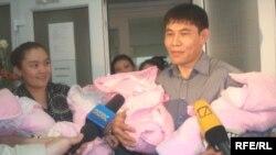 Родители четверни, Назымгуль Куанган и Есентай Капар, дают интервью журналистам на пороге роддома. Алматы, 23 апреля 2010 года.