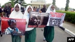 Нігерыйскія жанчыны з плякатамі #BringBackOurGirls (Вярніце нашых дзяўчынак)