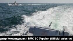 Момент перед инцидентом между украинским и российским кораблями. Фото ВМС Украины. 25 ноября 2018