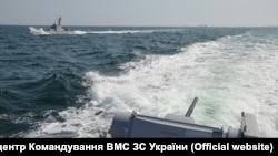 Момент перед инцидентом между украинским и российским кораблём. Фото ВМС Украины, 25 ноября 2018 года.