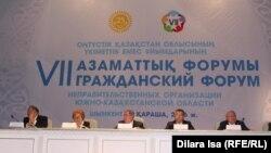 Оңтүстік Қазақстан облысы үкіметтік емес ұйымдарының облыстық жетінші азаматтық форумына қатысуушылар. Шымкент, 11 қараша 2016 жыл.