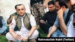 تصویری از امرالله صالح (چپ) پس از حمله روز یکشنبه در حالی که بازویش زخم برداشته است