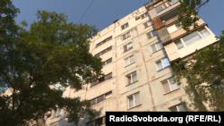 У цій маріупольській багатоповерхівці під домашнім арештом перебуває підозрюваний в тероризмі Роман Джумаєв