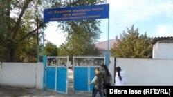 Школа в селе Казыгурт, в которой работал Марат Мауленов, уехавший, как говорят некоторые односельчане, в Сирию. Южно-Казахстанская область, 21 октября 2015 года.