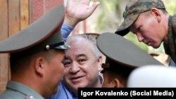 Омурбек Текебаев у здания суда.