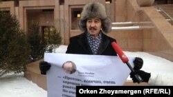 """""""Антигептил"""" ұйымының мүшесі Мақсат Ілиясұлы """"Қазғарыш"""" мекемесінің алдында наразылық білдіріп тұр. Астана, 13 қаңтар 2014 жыл."""