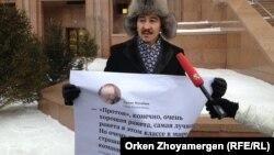 """Максат Ильясулы проводит одиночную акцию протеста у здания """"Казкосмоса"""". Астана, 13 января 2014 года."""