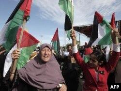 فلسطينيون في قطاع غزة بإنتظار أسراهم الذين أطلقت إسرائيل سراحهم (الثلاثاء)