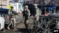 Vojnici KFOR-a na prelazu Jarinje
