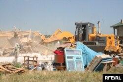 Бульдозер разрушает дома в поселке Бакай. 7 июля 2009 года