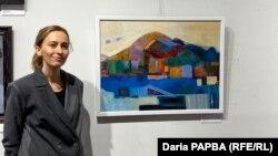 Диана Хинтба рядом со своей картиной «Прогулка»