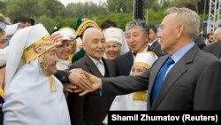 Президент Казахстана Нурсултан Назарбаев (справа) приветствует жителей на митинге, посвященном 20-й годовщине закрытия Семипалатинского ядерного полигона. Семей, 18 июня 2009 года.