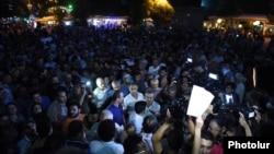 Армения -- Акция протеста на улице Хоренаци в Ереване в защиту вооруженной группы «Сасна црер», 27 июля 2016 г․