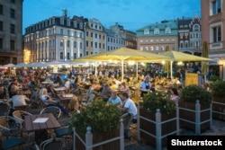 Открытые кафе на Домской площади Риги