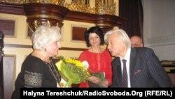 Ігор Калинець дарує книжку гостям зі Словаччини