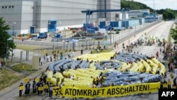 В Германии противники атомной энергетики (на фото - одна из их акций) добились своего: в 2011 году принято решение, что все 17 АЭС страны полностью прекратят свою работу к 2022 году.
