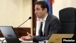 Мэр Еревана Айк Марутян ведет заседаниеп Совета старейшин (архив)