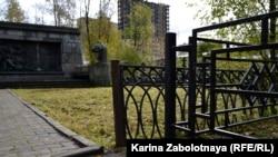 Между заборами двух мемориалов всего 70 см
