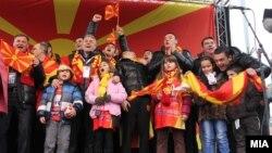 Македонските ракометни репрезентативци дочекани на скопскиот плоштад по ЕП во Србија