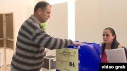 Парламент сайлауында дауыс беріп тұрған сайлаушы. Подгорица, Черногория, 16 қазан 2016 жыл.