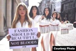 """Модели PETA проводят акцию в Лондоне: """"Мода должны быть прекрасной, а не кровавой"""""""