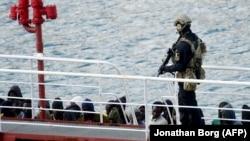 Anije me migrantë.