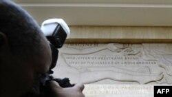 """Женева. Этот мраморный рельеф """"Сотворение человека"""" прикроют ширмой, чтобы не шокировать представителей иранской делегации, которые прибудут во вторник на переговоры """"шестерки"""""""