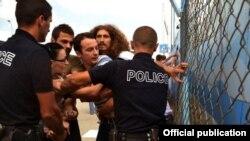 Полиция борется с беспорядками в Косове. 24 июля 2012 года.