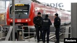 Германиялық полиция қызметкерлері. (Көрнекі сурет.)