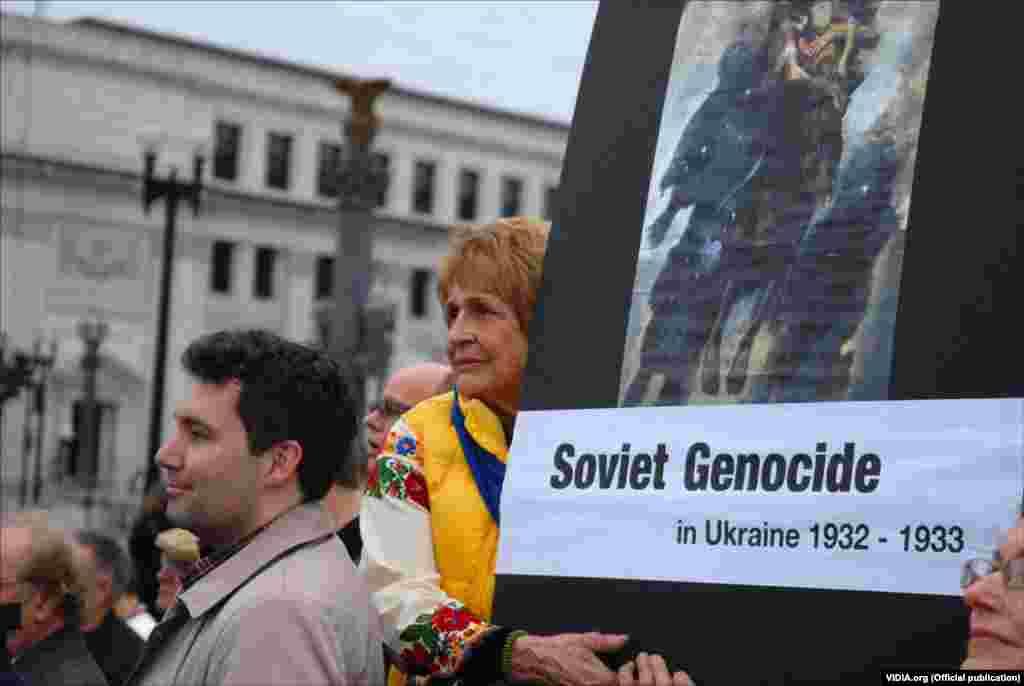 Під час відкриття меморіалу пам'яті жертв Голодомору про події тих років також нагадували плакати та банери учасників церемонії