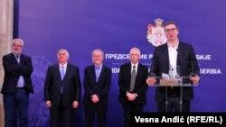 Президент Сербії Александар Вучич (праворуч) не зміг втриматися від жартів на зустрічі з медичними фахівцями та епідеміологами 26 лютого у Белграді
