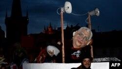 Мілош Земан через його проросійські заяви нерідко стає об'єктом критики й висміювання, фото 17 листопада 2015 року, на 26-у річницю Оксамитової революції