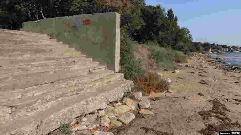 Сохранившийся фрагмент лестницы на выходе с пляжа с неизменной надписью «Купание запрещено»