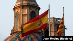 Steagurile spaniol și catalan pe clădirea guvernului Cataloniei