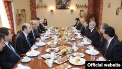 Президент Армении Серж Саргсян проводит рабочий завтрак с представителями IT-сферы Армении, Ереван, 2 апреля 2011 г.
