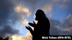 Муфтій Зіяд Рават проводить молитву перед імпровізованим меморіалом біля мечеті Аль-Нур, Крайстчерч, Нова Зеландія, 19 березня 2019 року