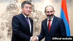 Премьер-министр Армении Никол Пашинян (справа) и президент Кыргызстана Сооронбай Жээнбеков в Сочи, 14 мая 2018 г.