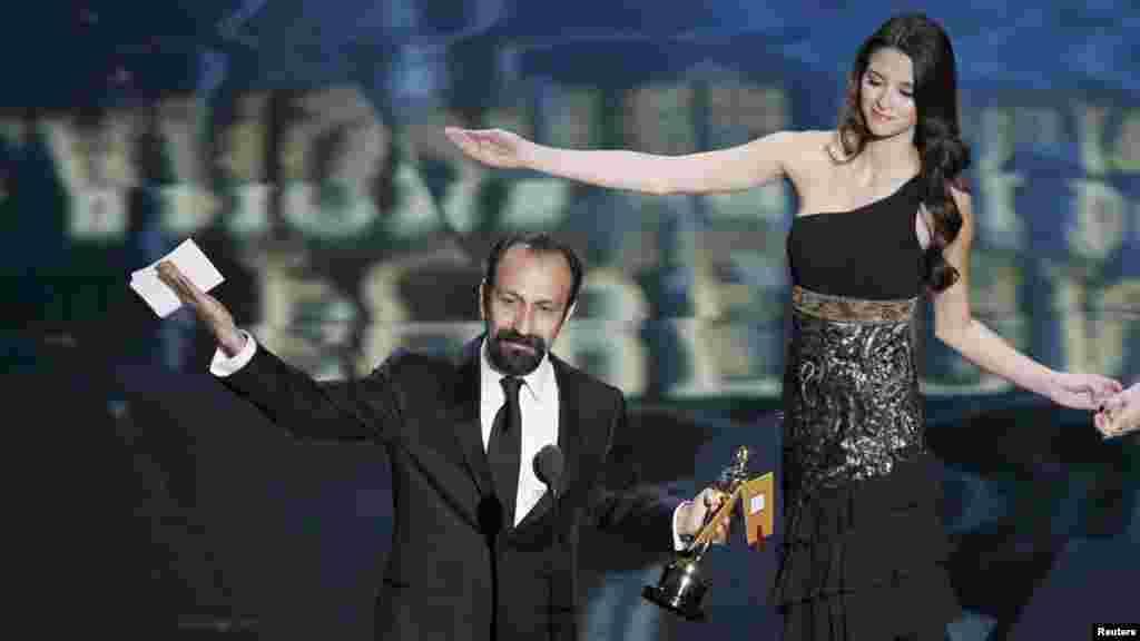 اصغر فرهادی بامداد دوشنبه به وقت ایران، جایزه اسکار بهترین فیلم خارجی را نیز در دست گرفت و آن را به مردم ایران تقدیم کرد.