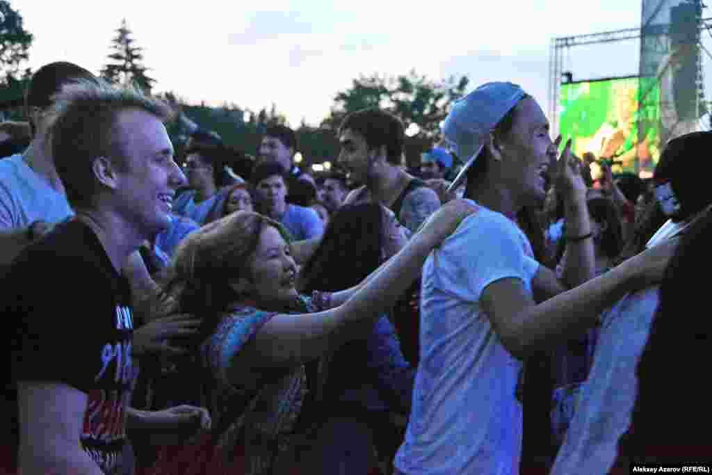Музыка со сцены фестиваля The Spirit of Tengri эмоционально заряжала зрителей. Большие группы молодежи хороводами кружились в танце.