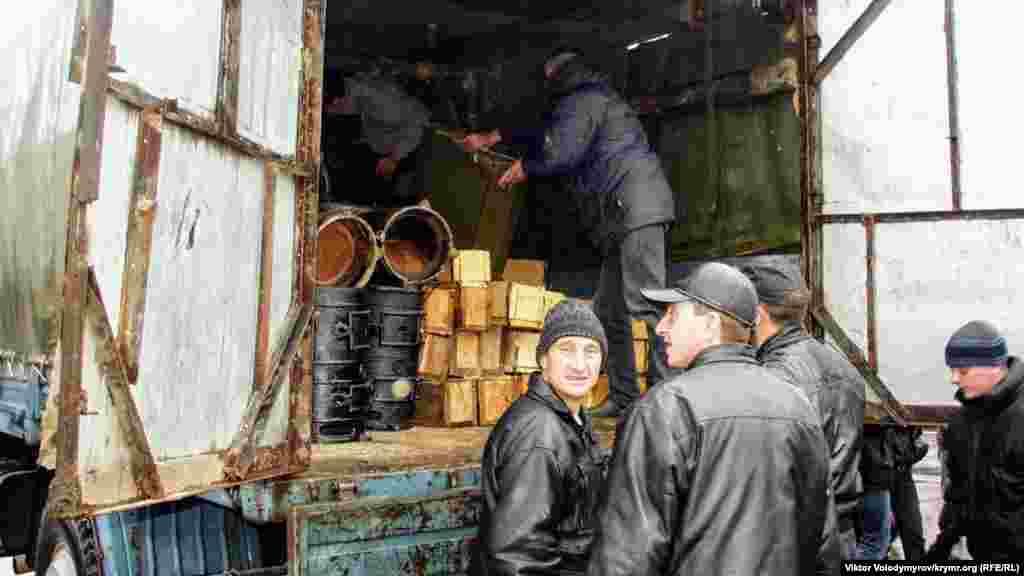 Viktor Yanukoviç tarafdarları, Aqmescitte Lenin meydanına çadır şeerini qurmaq içün kerekli şeylerni ketirdi. O vaqıttaki akimiyet, Qırım baş naziri Sergey Kunitsin sıfatında, buña qol tuttı.