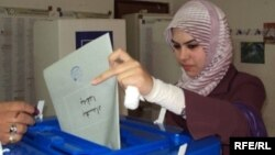 سيدة عراقية في احد مراكز الاقتراع