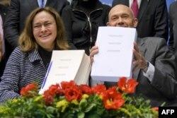Ministrja ruse e Zhvillimit Ekonomik, Elvira Nabiullina, dhe Drejtori i Përgjithshëm i OBT-së, Pasal Lamy, gjatë ceremonisë së nënshkrimit të pranimit Rusisë në OBT, Gjenevë, më 16 Dhjetor2011.