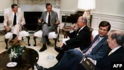 رونالد ریگان، رئیسجمهور آمریکا (چپ) در کنار جرج بوش، معاون وقت ریاست جمهوری.