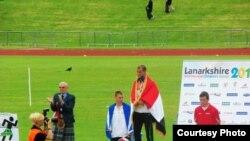 الرياضي علي عبد الأمير حسين على منصة التتويج