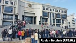 Ұлттық академиялық кітапханада орналасқан 89-сайлау учаскесіндегі кезек. сайлау учаскесі. Астана, 26 сәуір 2015 жыл.