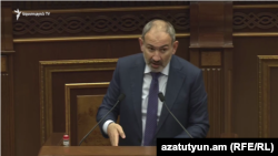 Премьер-министр Армении Никол Пашинян в парламенте (архив)
